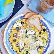 Omlet z cukinią, oliwkami i parmezanem