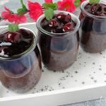 Czekoladowy pudding z chia z wiśniami