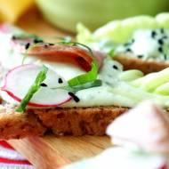 Zielona pasta do kanapek z twarogu z czosnkiem niedźwiedzim, jajem i awokado