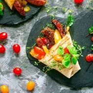 Grillowana tortilla z kiełbasą i warzywami