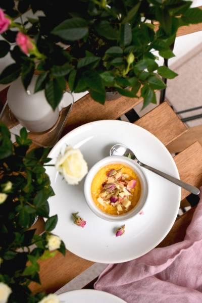 Różany creme brulee z białą czekoladą