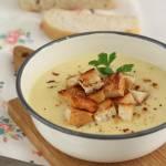 Kremowa zupa cukiniowo-ziemniaczana z dodatkiem chrupiących grzanek