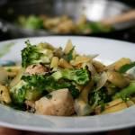 Makaron z kurczakiem, brokułami i ziołami  o nucie ostro miętowej (danie z woka)