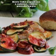 Biała ryba zapiekana z cukinią i sosem pomidorowym