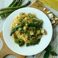 Spaghetti ze szparagami, kurczakiem i serem brie