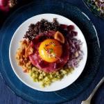 Tatar z marynowanymi rydzami, galaretką z buraka i czarną quinoą