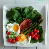 Jajka sadzone ze szparagami i świeżym szpinakiem