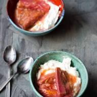 Labneh z rabarbarem gotowanym w soku pomarańczowym