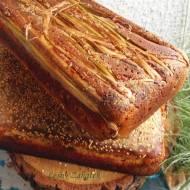Chleb żytni na serwatce, pieczony na liściach tataraku