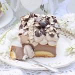 Sernik czekoladowy z ciasteczkami i bitą śmietaną.