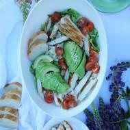 Sałatka z grillowanym kurczakiem i avokado