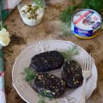 Wiosenny falafel z ciecierzycy i tuńczyka  z sosem wiedeńskim z kaparami