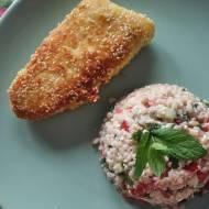 Ryba w panierce sezamowej z sałatką a'la tabbouleh