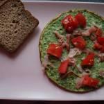 Omlet szpinakowy z szynką szwarcwaldzką i pomidorami