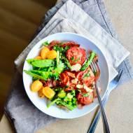 Grillowane pomidory z duszonymi szparagami i groszkiem cukrowym z chipsem z szynki parmeńskiej. Najlepsza sałatka na świecie!