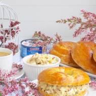 Wiosenna sałatka z tuńczyka i awokado w domowych bułkach.