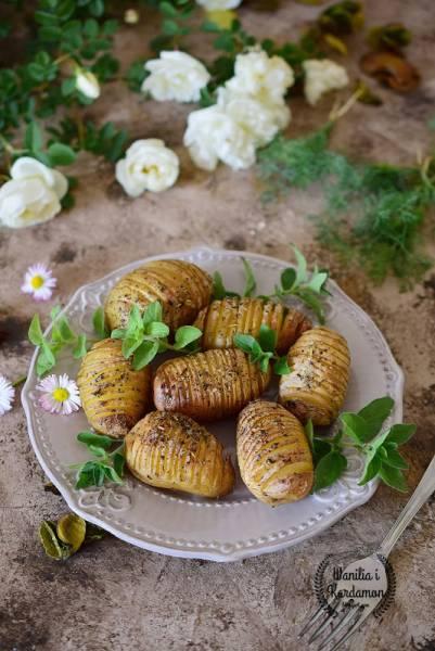 Młode ziemniaczki  z ziołami hasselback