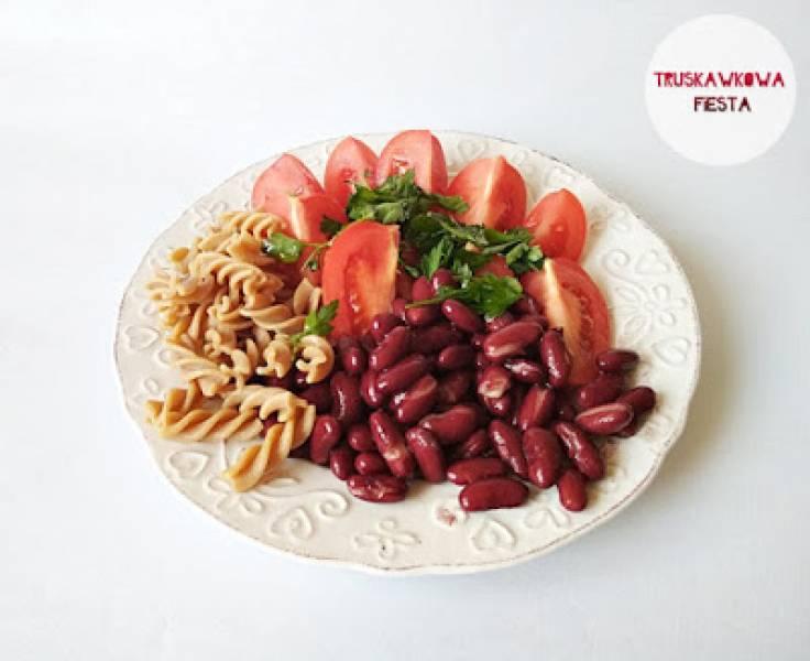 Fasola czerwona z makaronem pełnoziarnistym i pomidorami