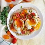Prosty chlebek z patelni z pastą paprykową i jajkami