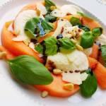 Sałatka z melona, mozzarelli, bazylii i orzeszków piniowych