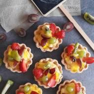Kruche babeczki z masą budyniową i owocami