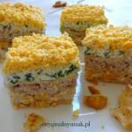 Sałatka warstwowa z tuńczykiem i krakersami