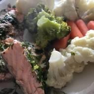 Dietetyczny obiad z łososiem i warzywami na parze