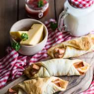 Parówki w cieście francuskim z serem żółtym