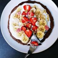 Omlet a'la brownie z pierwszymi truskawkami