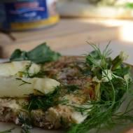 Frittata z tuńczykiem i szparagami w wiosennych ziołach