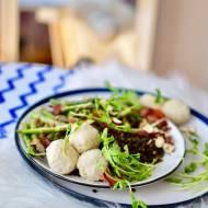 Miska zdrowia! Migdałowo- tuńczykowe kule z czarna soczewicą, szparagami i szynką parmeńską
