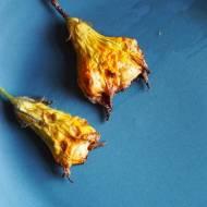 Pieczone kwiaty cukinii z nadzieniem serowym