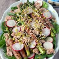 Wiosenna sałatka ze szparagami, szpinakiem i tuńczykiem