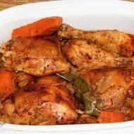 Kurczak paprykowo-ziołowy pieczony z cebulą i marchewką