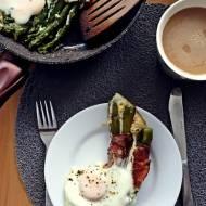 Szparagi w szynce szwarcwaldzkiej z jajkiem