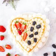 Tort biszkoptowy z kremem z białej czekolady, bezą i owocami