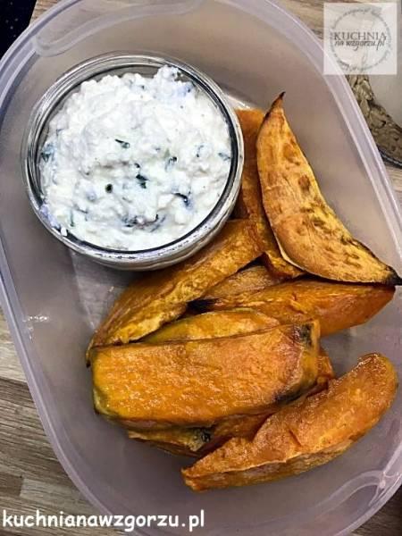 Bataty pieczone z sosem serowym – lunch do pracy