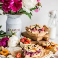Drożdżowe ciasto orkiszowe z owocami i kruszonką