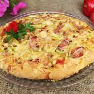 Pizza z szynką, fasolką szparagową i ogórkiem