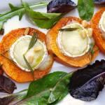 Przystawka z pieczonego batata z kozim serem z odrobiną oliwy i miodu