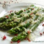 Szparagi z parmezanem i czerwonym pieprzem