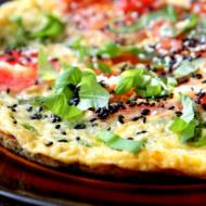 Omlet z zielonym groszkiem, pomidorem i sezamem
