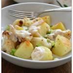 Pieczony kalafior z ziemniakami i sosem tahini
