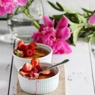 Owsiankowe creme brulee z musem z rabarbaru i świeżymi owocami