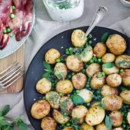 Pieczone ziemniaki i groszek z ziołowym tzatziki