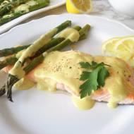 Pieczony łosoś ze szparagami w sosie miodowo-musztardowym (Salmone al forno con asparagi e salsa alla senape e miele)