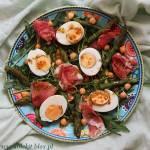 Sałatka ze szparagmi, jajkiem i szynką parmeńską