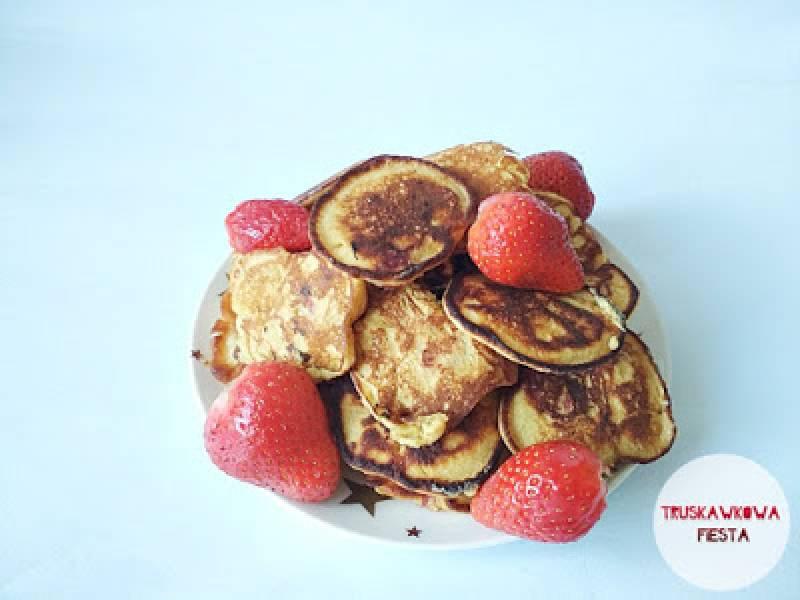 Placuszki z mąki z ciecierzycy, truskawkami i jabłkiem na kefirze