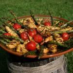 Grillowane azjatyckie polędwiczki z kurczaka, z warzywami i ziołami