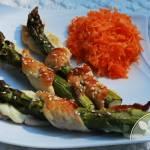 Szparagi zapiekane z piersią kurczaka i mozarellą